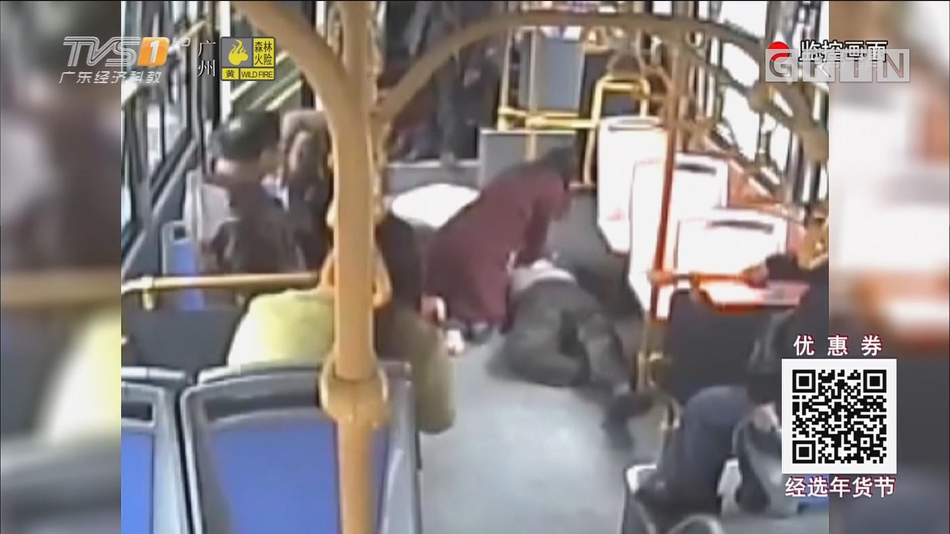 老伯公车上心梗倒地 乘客跪地做心肺复苏