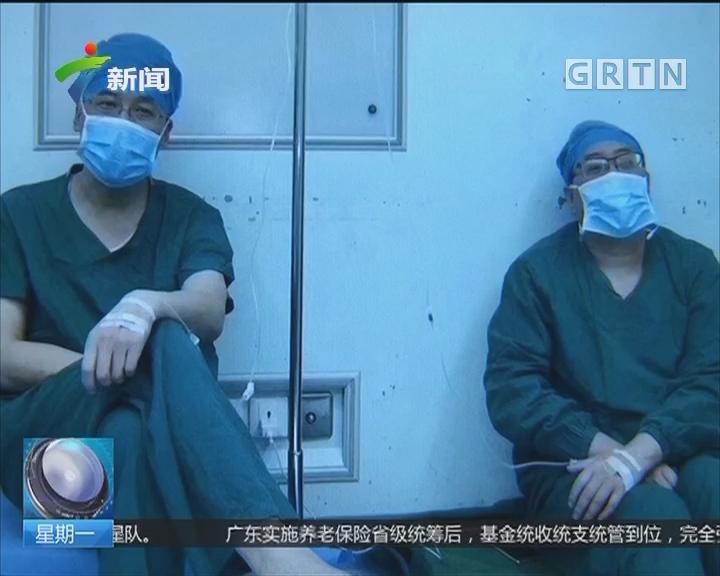 西安:医生手术间隙打吊瓶 照片让人感动