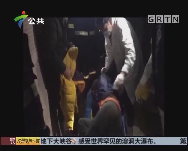中山:男子酒后跌落河涌 惊动民警消防救人