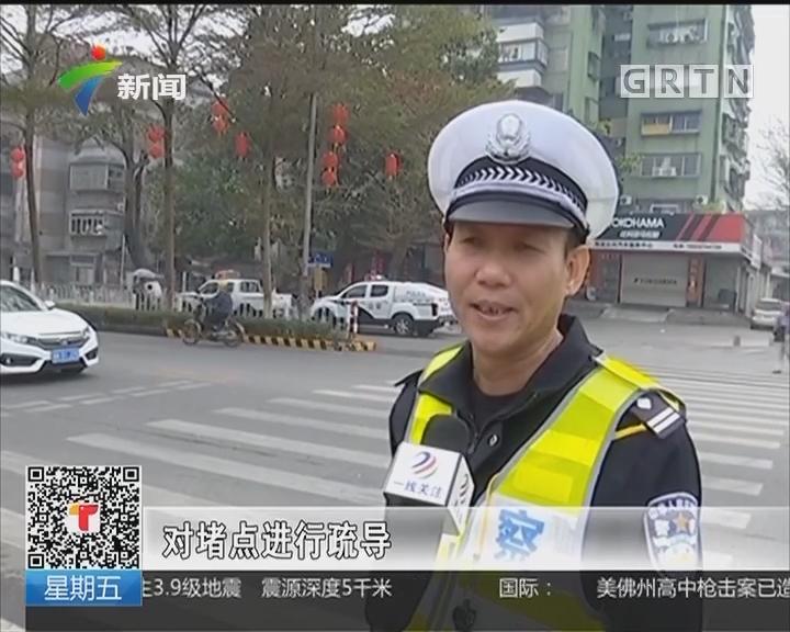茂名:出行市民增多 茂名交警全力疏导交通