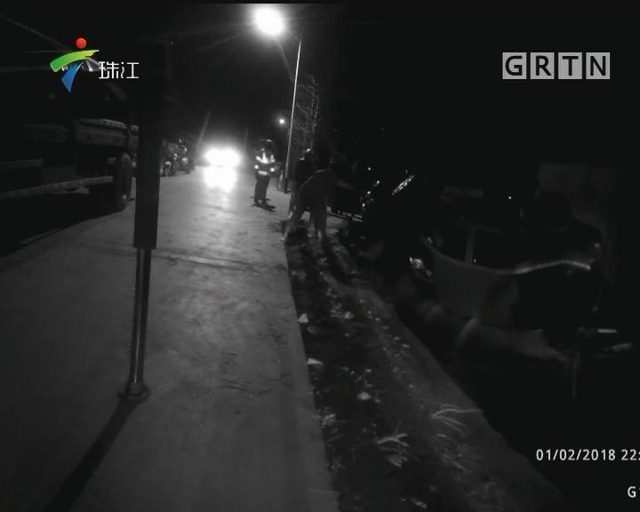 珠海:小车冲入河涌 警员徒手搜索