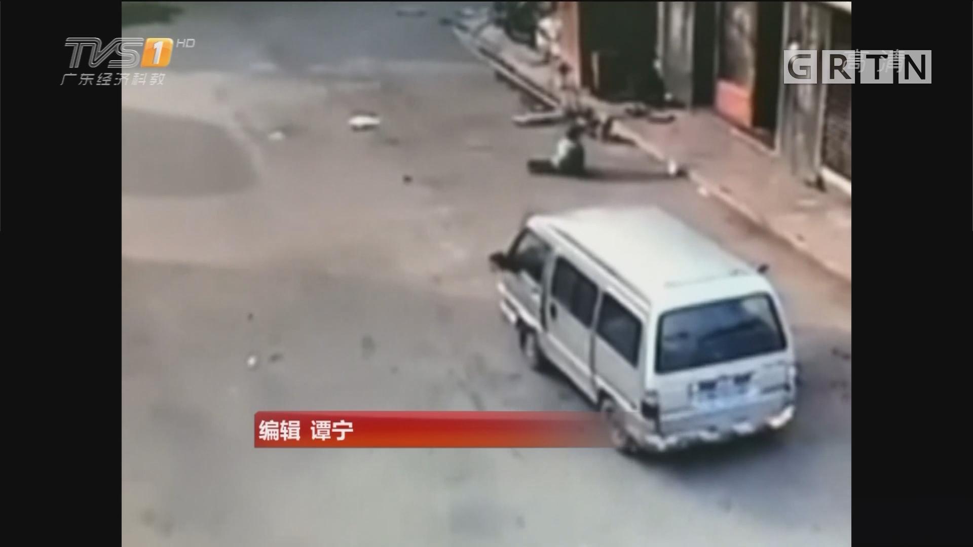 注意行车安全:触目惊心!面包车两次碾压男童