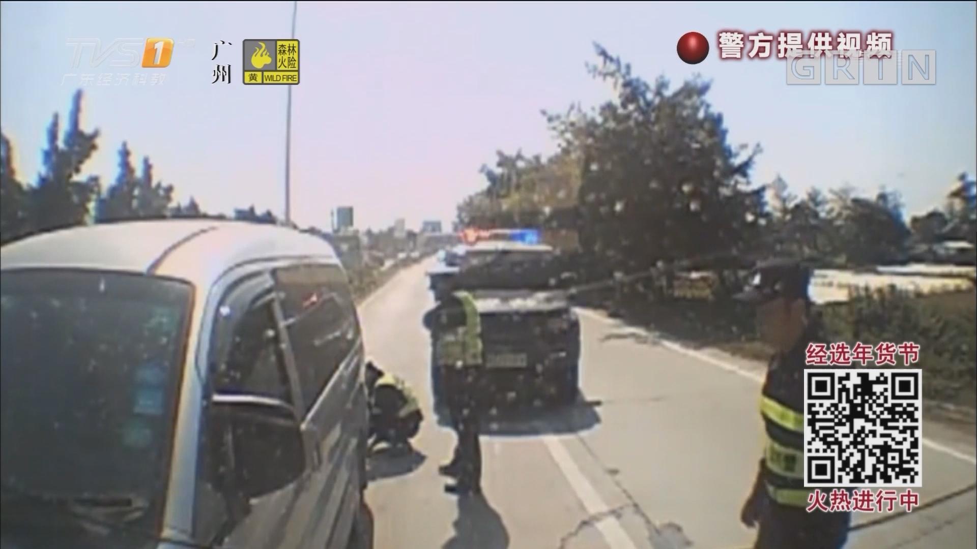 肇庆:两次冲卡撞警车 小面包车竟塞了14人
