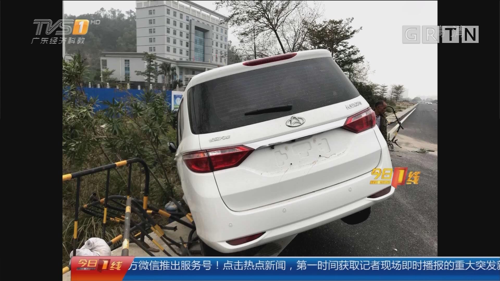 """珠海斗门:小车路面""""失魂"""" 狂铲石壆50米"""