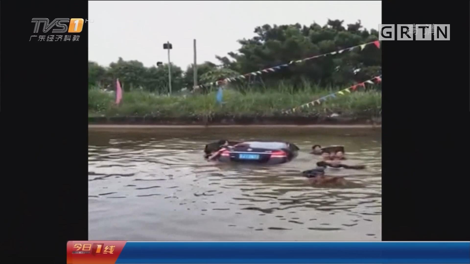 江门恩平:小车意外入塘 众街坊泥浆中救人