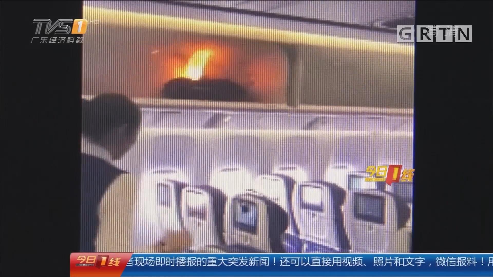 充电宝安全:危险!充电宝在飞机行李架上冒烟