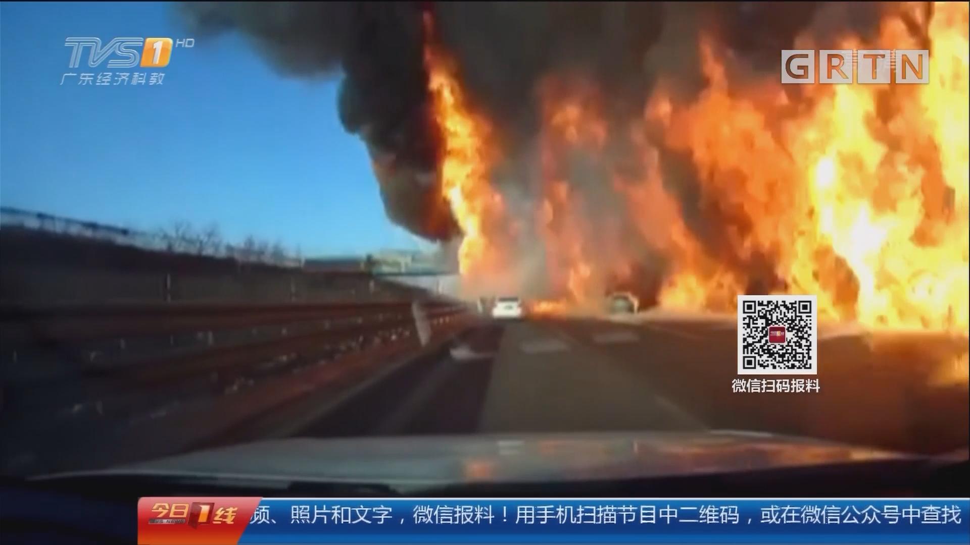 京哈高速:路上燃起大火 波及三辆小车