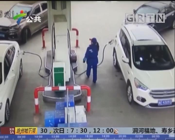 加油站现惊险一幕 加油中女司机驾车离开