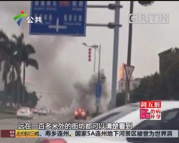 公交车路上突然自燃 乘客紧急疏散