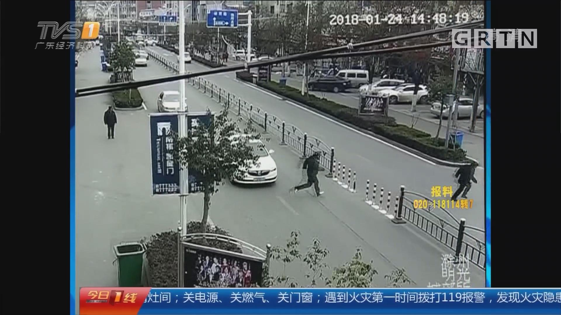 安徽:老人看病钱遭抢 保安狂追500米擒贼