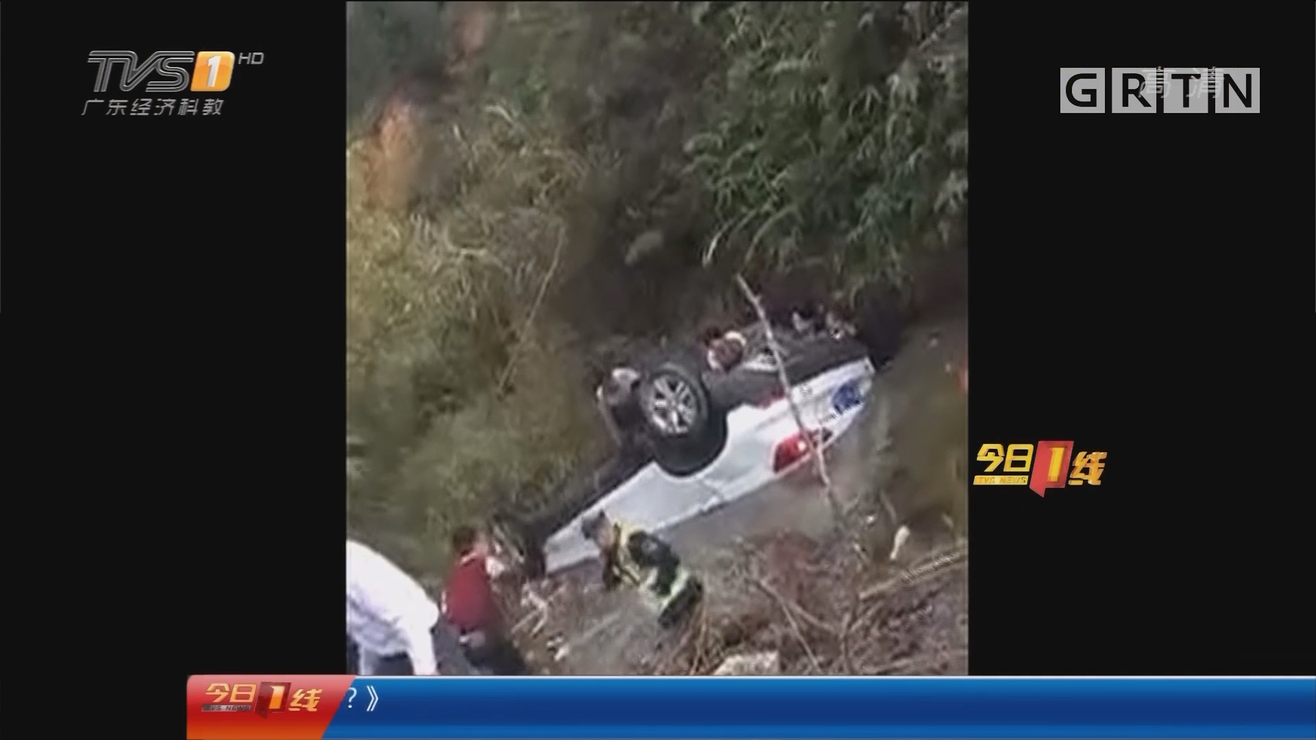 河源:汽车翻入水塘 警民跳水砸窗救人