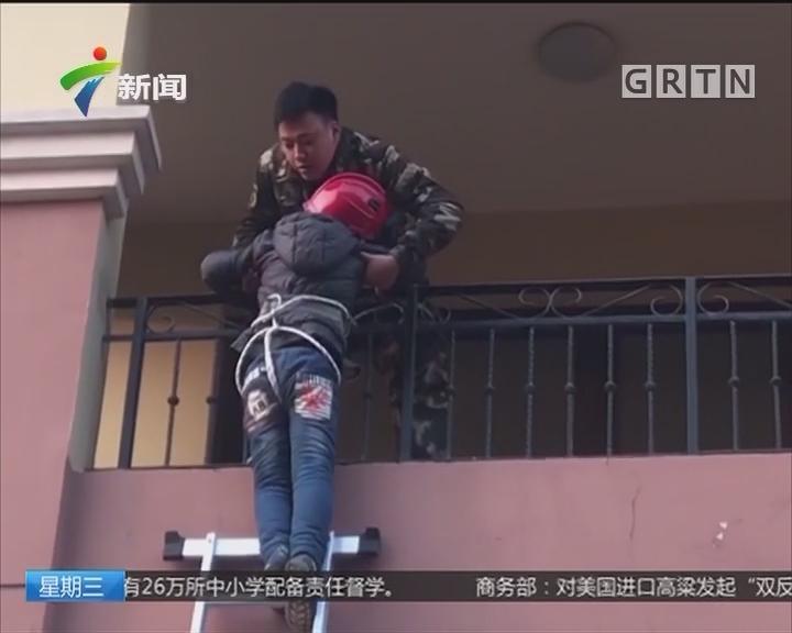 江苏南通:太奇葩 阳台外悬吊孩子为收被子?