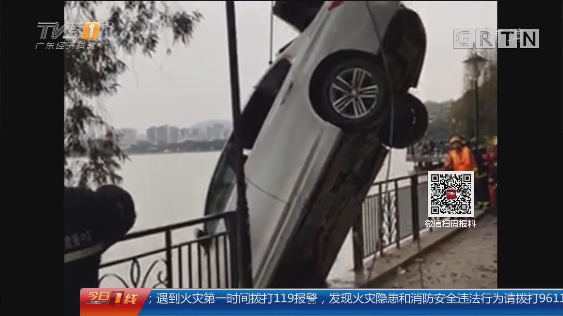 肇庆端州:宝马车冲进湖 事后车内空无一人