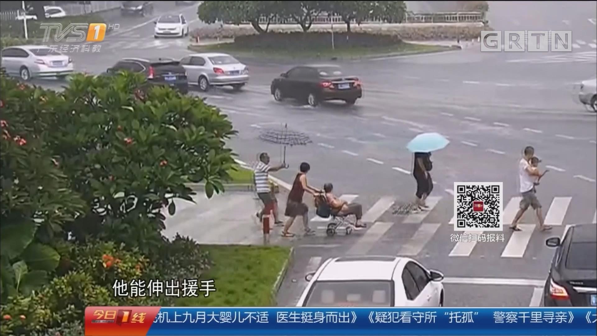除夕特别节目:2017的那些感动 一家四口遇暴雨 好心人雨中送伞