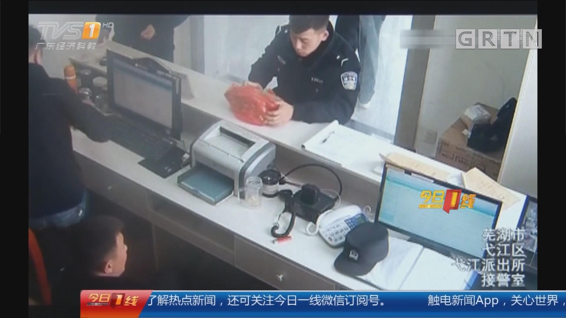 """安徽:熊娃""""大闹""""派出所 民警陪玩又喂饭"""