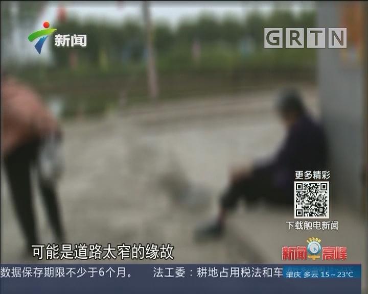 江门:小车意外入塘 众街坊泥浆中救人