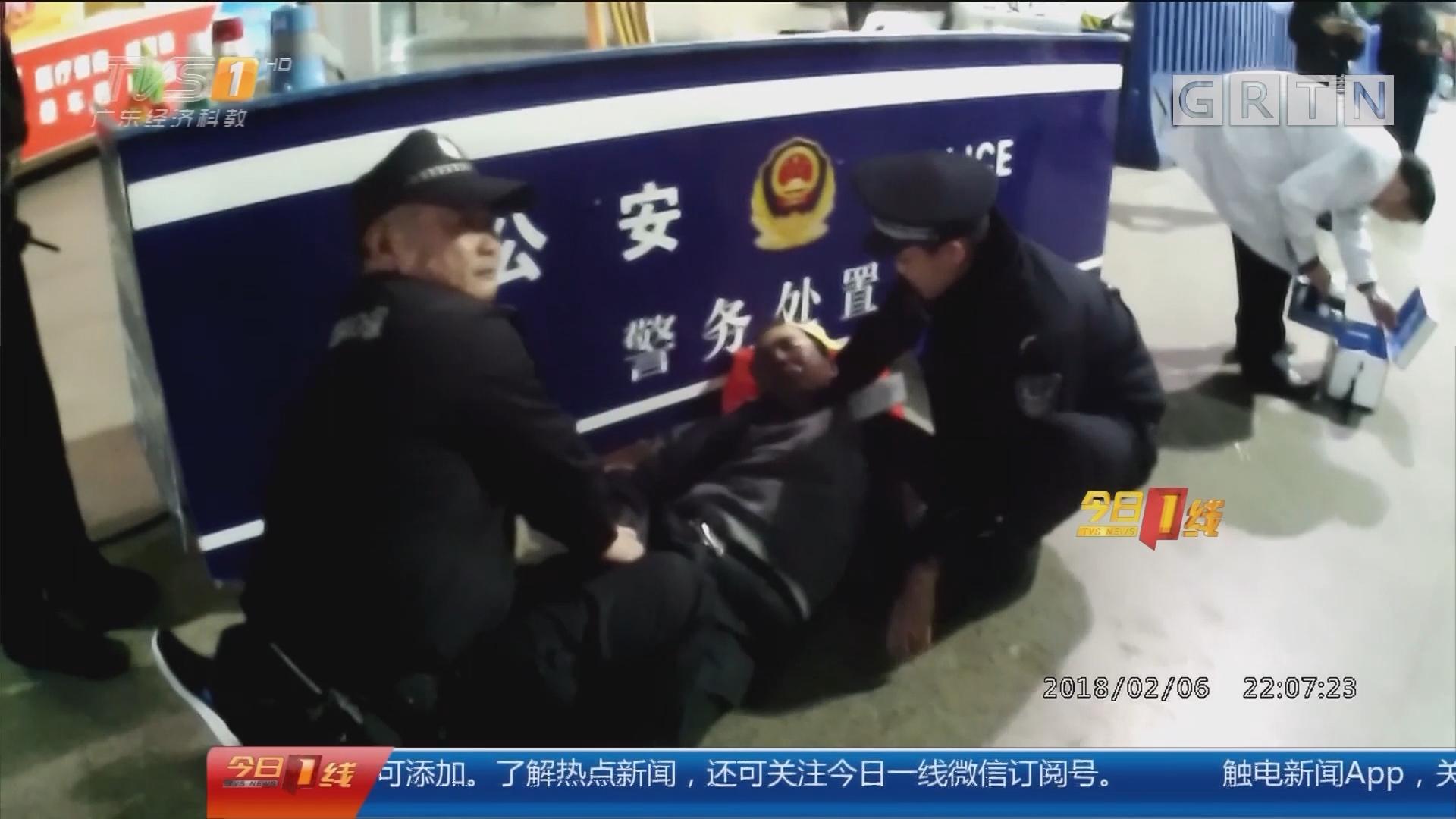 佛山火车站:旅客举止怪异突发病 医生急施救