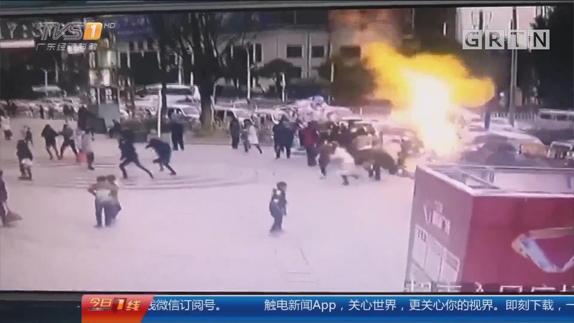 湖北:流动摊贩气球爆炸起火 两人被烧伤