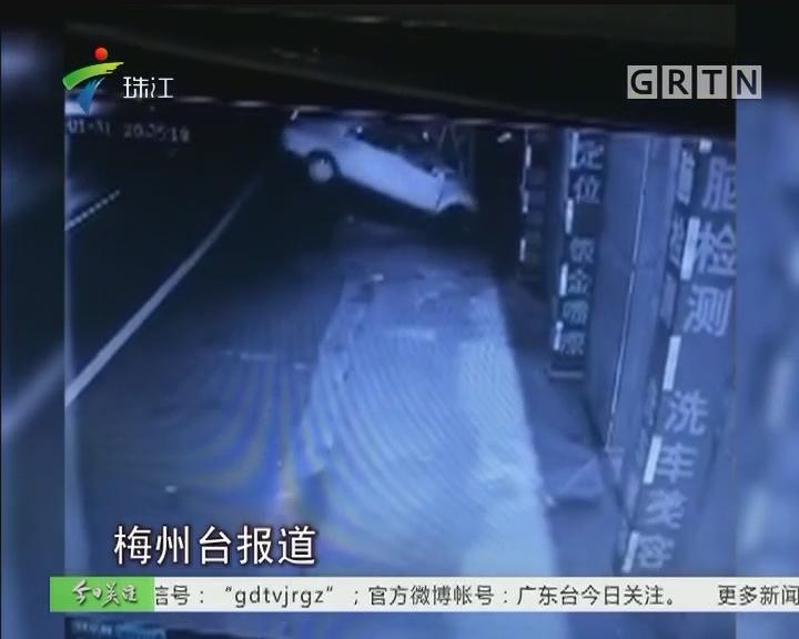 梅州:一教练车横飞撞电线塔墩 司机身亡