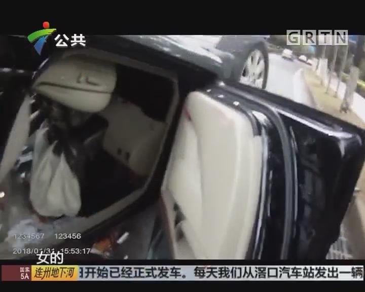 东莞:小车四轮朝天 警民合力解救