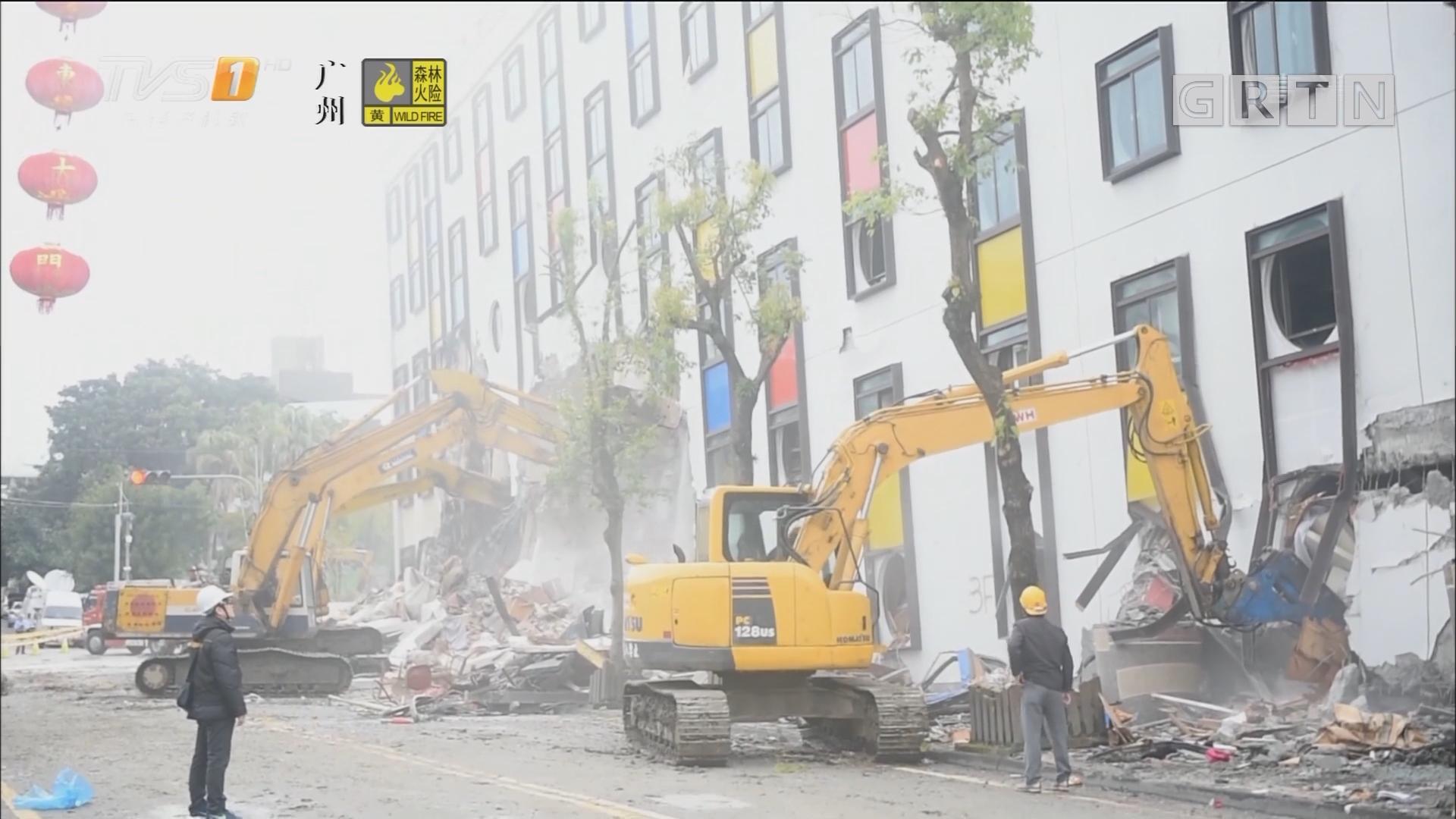 花莲出动大型机械拆除地震危楼