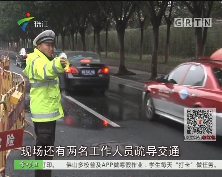 广州:上班高峰水管爆裂 水浸马路交通拥堵
