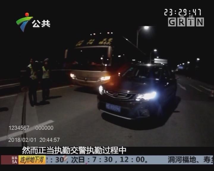 东莞:交警查获大客车超载 38人藏身后车厢