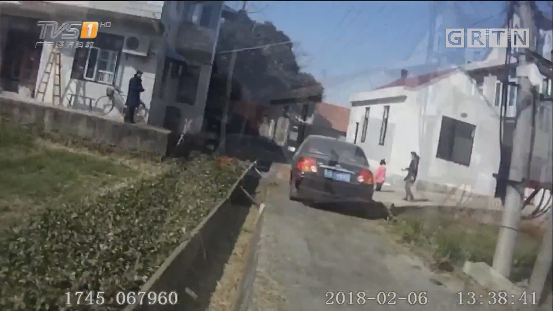 江苏南通:奇葩司机 遇查车竟丢下孩子跳河开溜