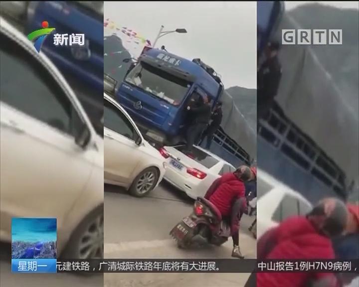 广西南宁:一货车冲撞警车 逃逸途中连怼十余辆车