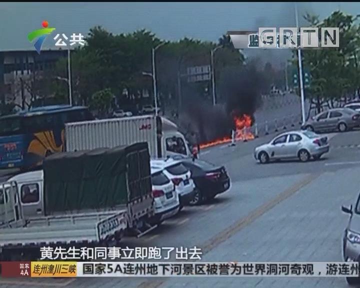 肇庆:摩托车路中央着火 街坊合力救助伤者