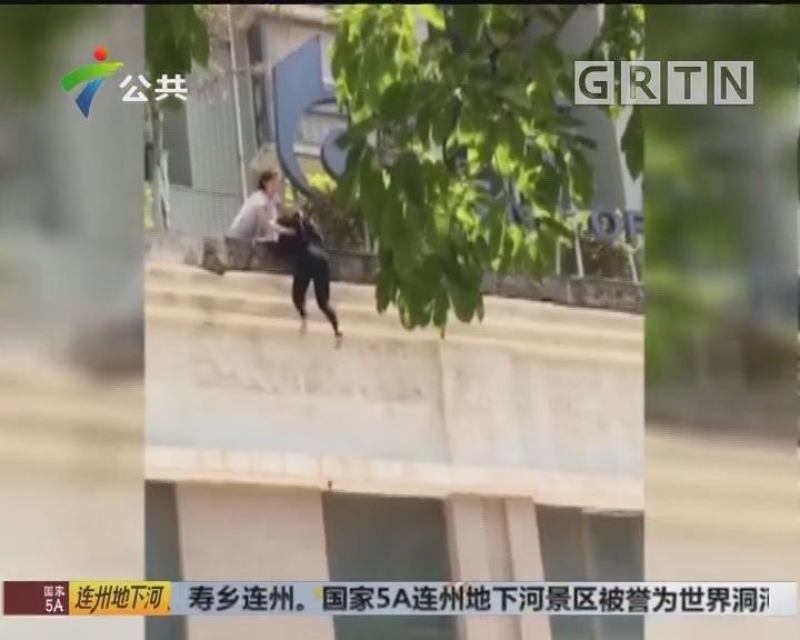 女子爬出高楼 女幼师联合众人徒手拽人解救
