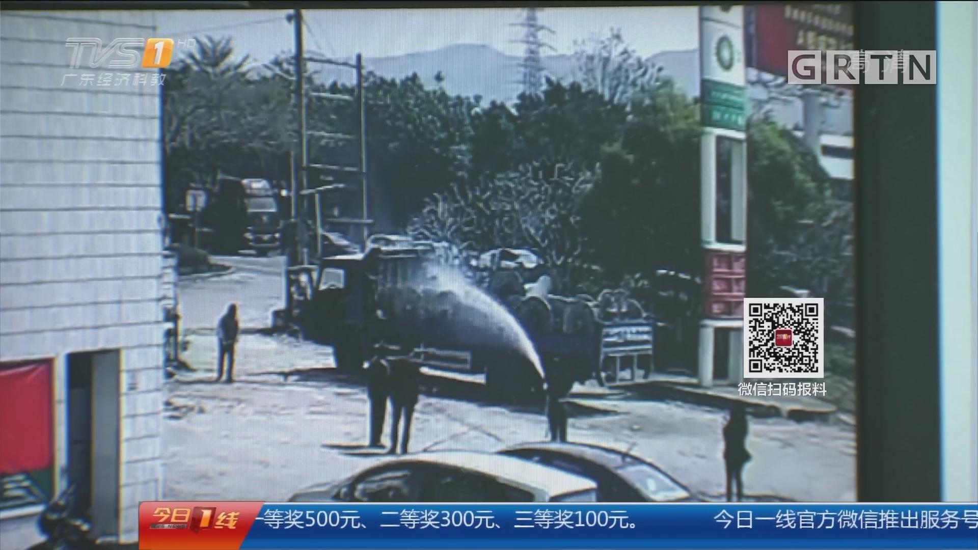 佛山南海:冒烟货车开到加油站 众人合力灭火