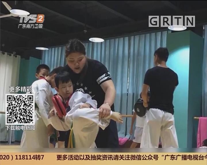 深圳:一对新人身怀绝技 新娘婚礼手劈木板