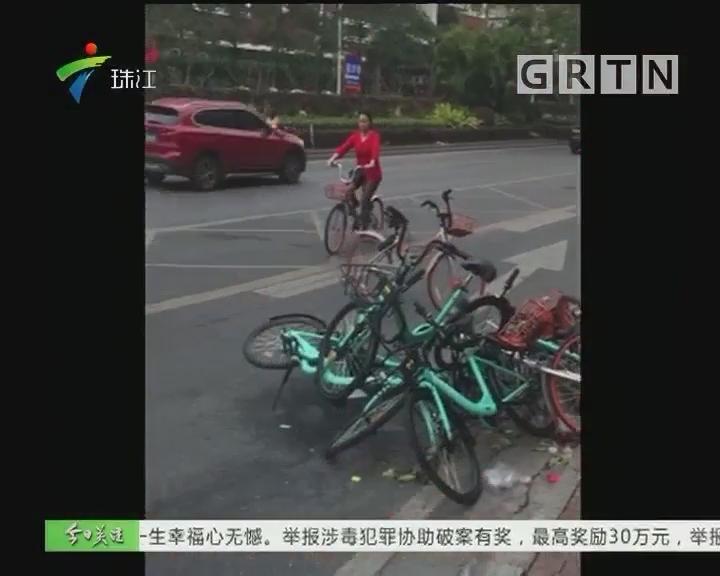 佛山:行通济后共享单车堵路 工作人员忙清理