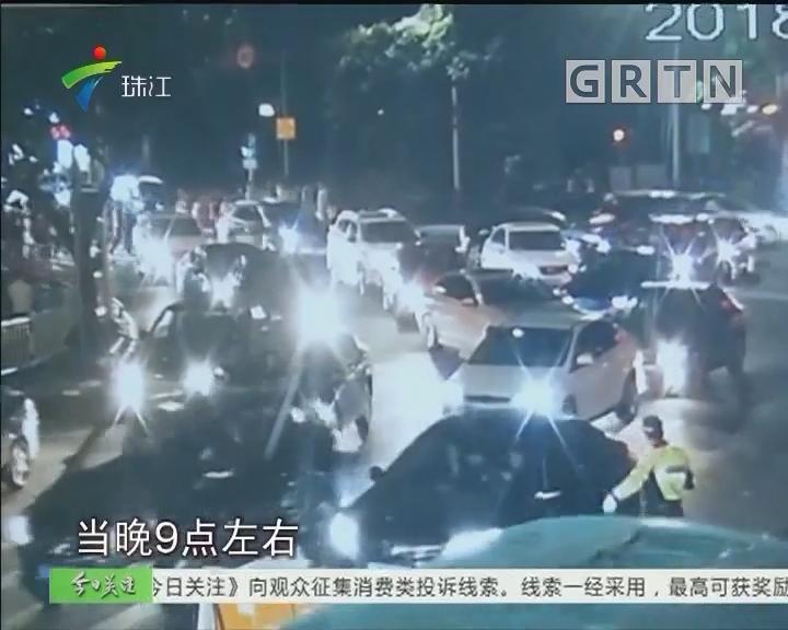惠州:救护车被困车流 交警逆行开道护送