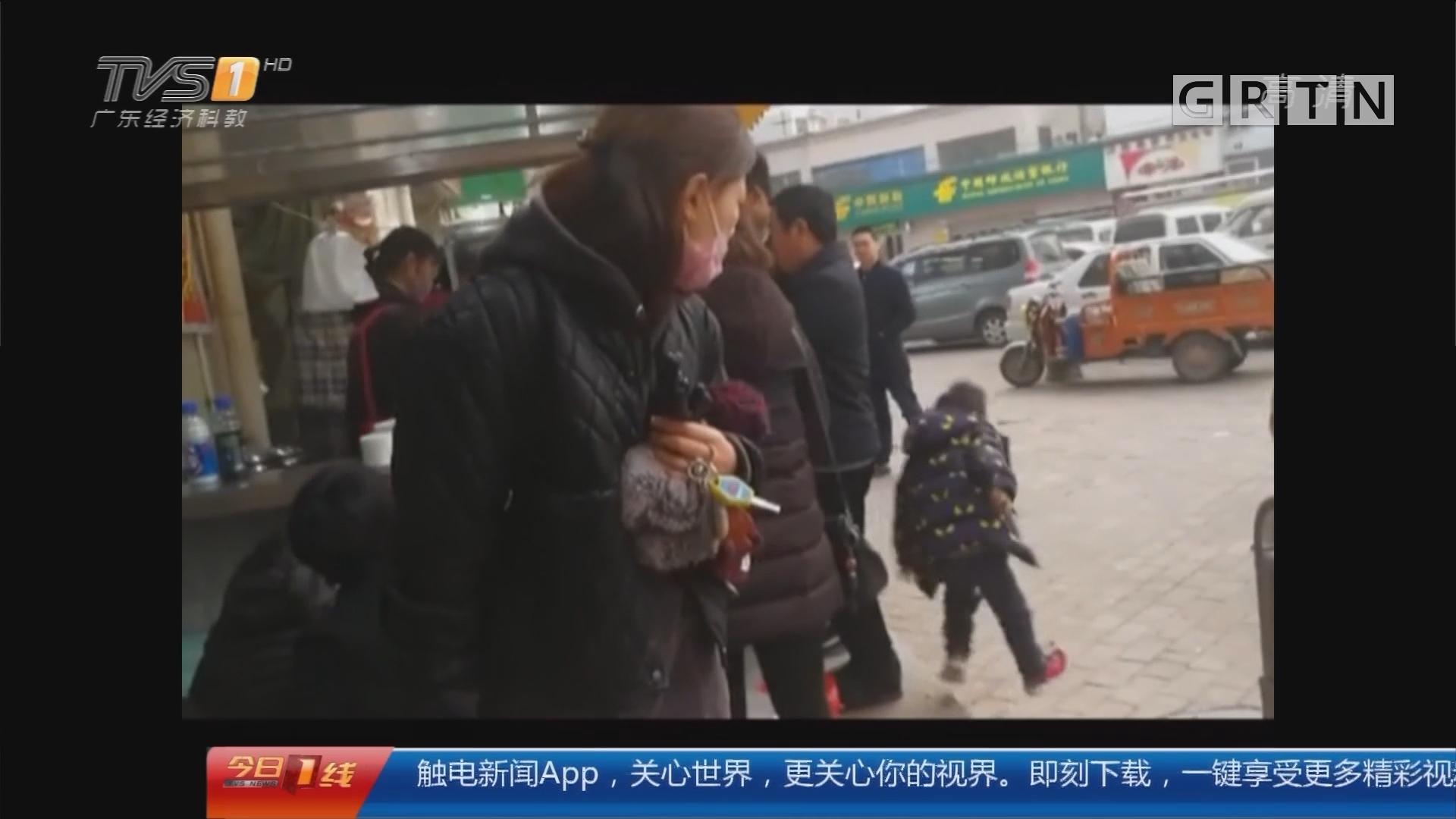 河南郑州:3岁娃放学走丢 遇到一群好心人