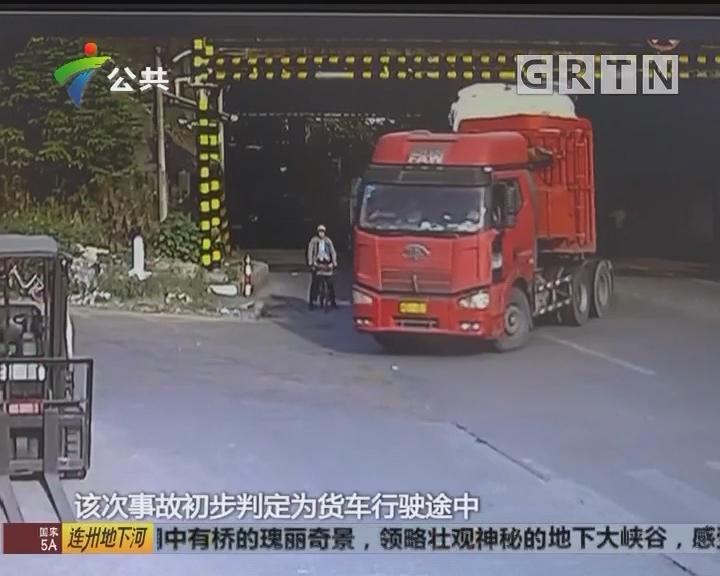 佛山:货车途径限高架 货物坠落砸伤路人