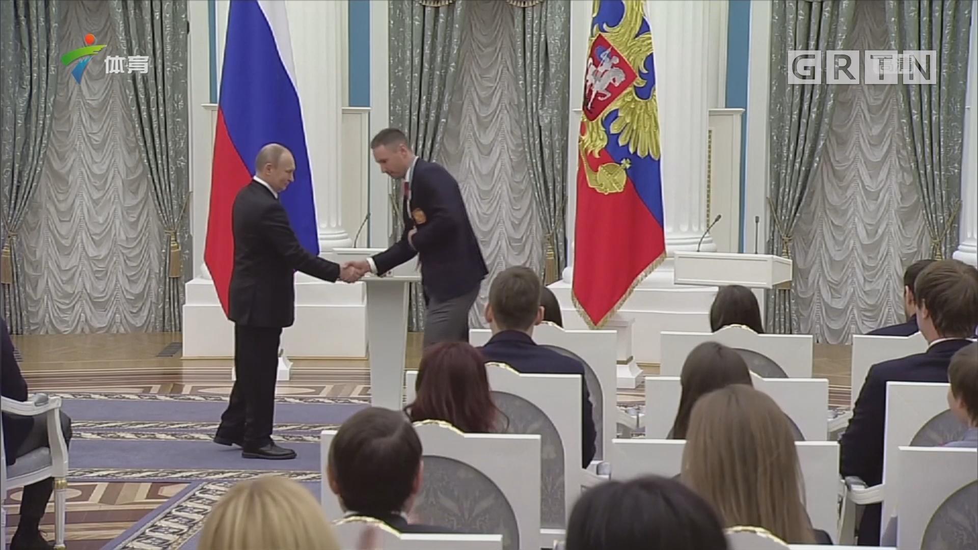 普京接见俄冬奥代表团 为运动员颁发奖章