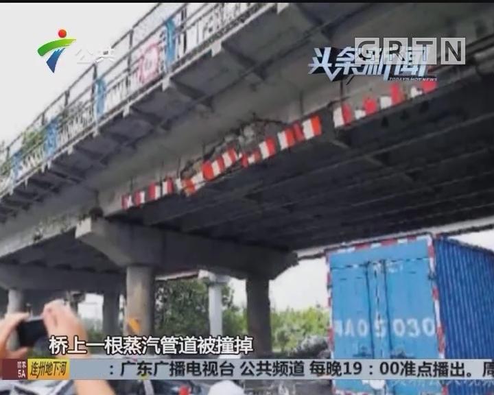广州:货车超高撞人行天桥 致广园快速大塞车