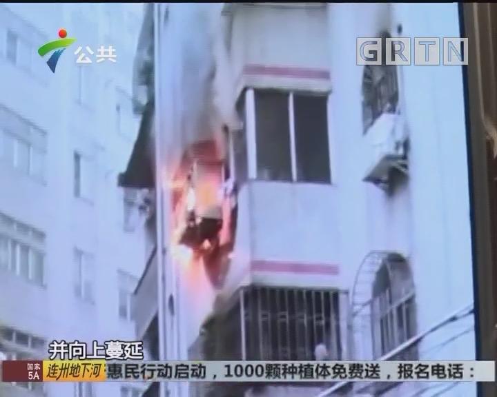 佛山:消防进入起火民居 抱出被困者