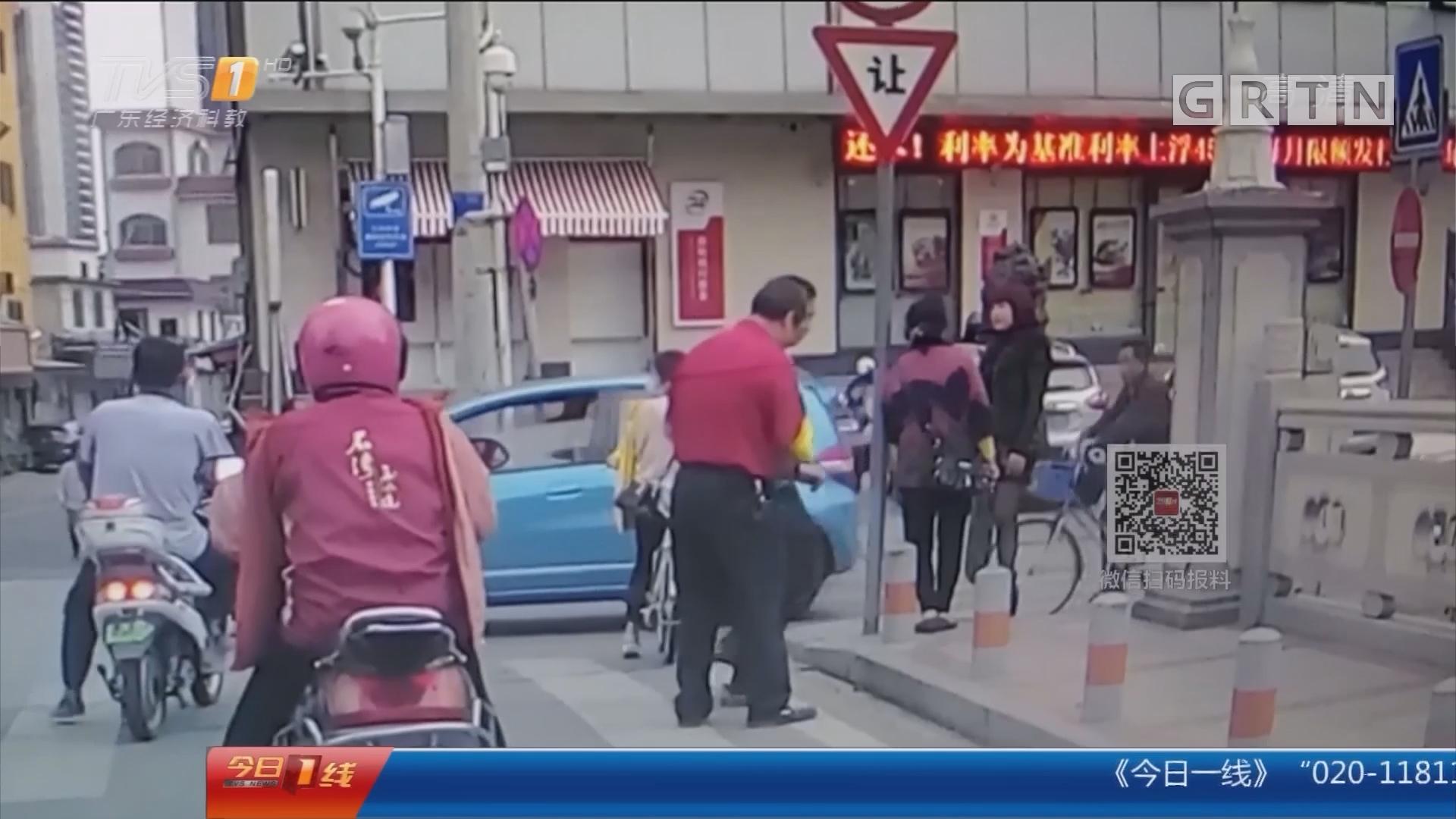 佛山:老人过马路腿脚不便 公交司机搀扶护送
