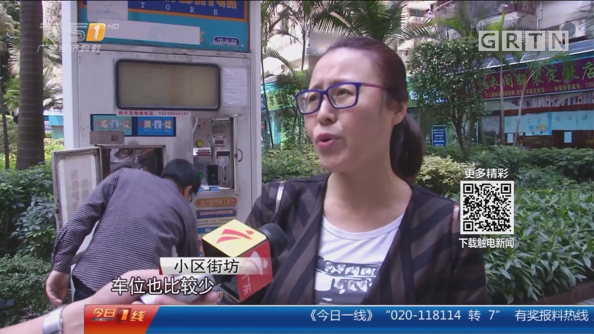 广州海珠区:消防通道被阻 众街坊徒手抬车