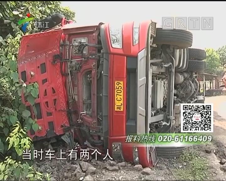英德:运载大理石泥头车侧翻 压倒民宅大门