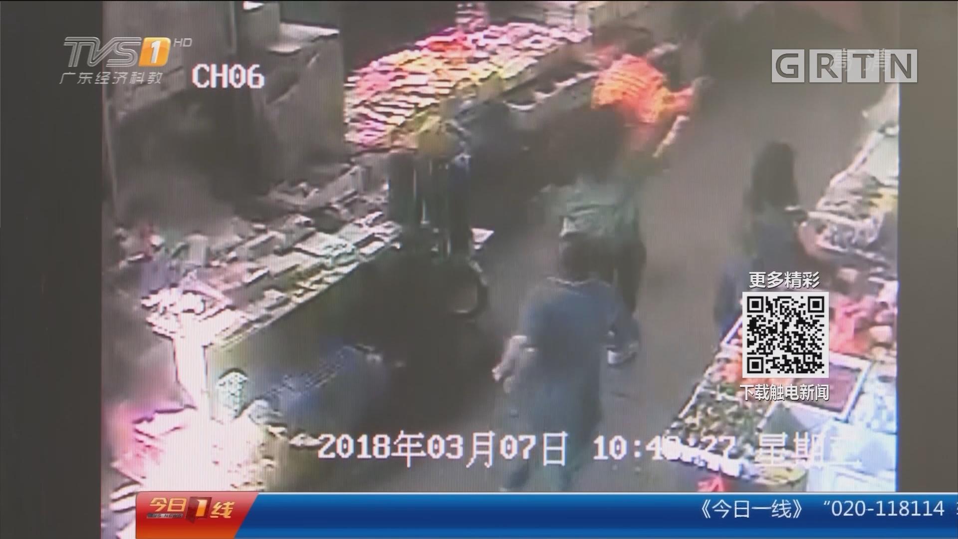 深圳:男子菜场行窃 众人合力擒贼