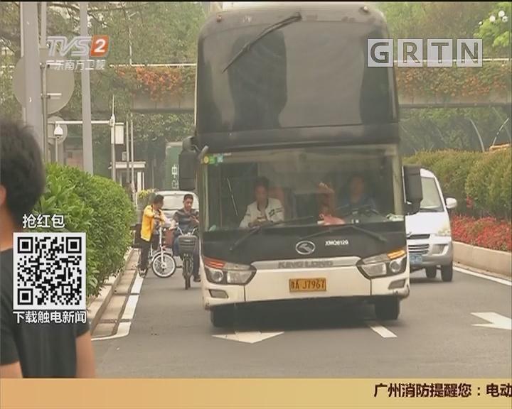 交通安全:大巴司机心情大好 竟是在玩手机?