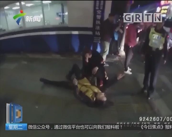 佛山顺德:女子街头发酒疯 警察合力将其抬回