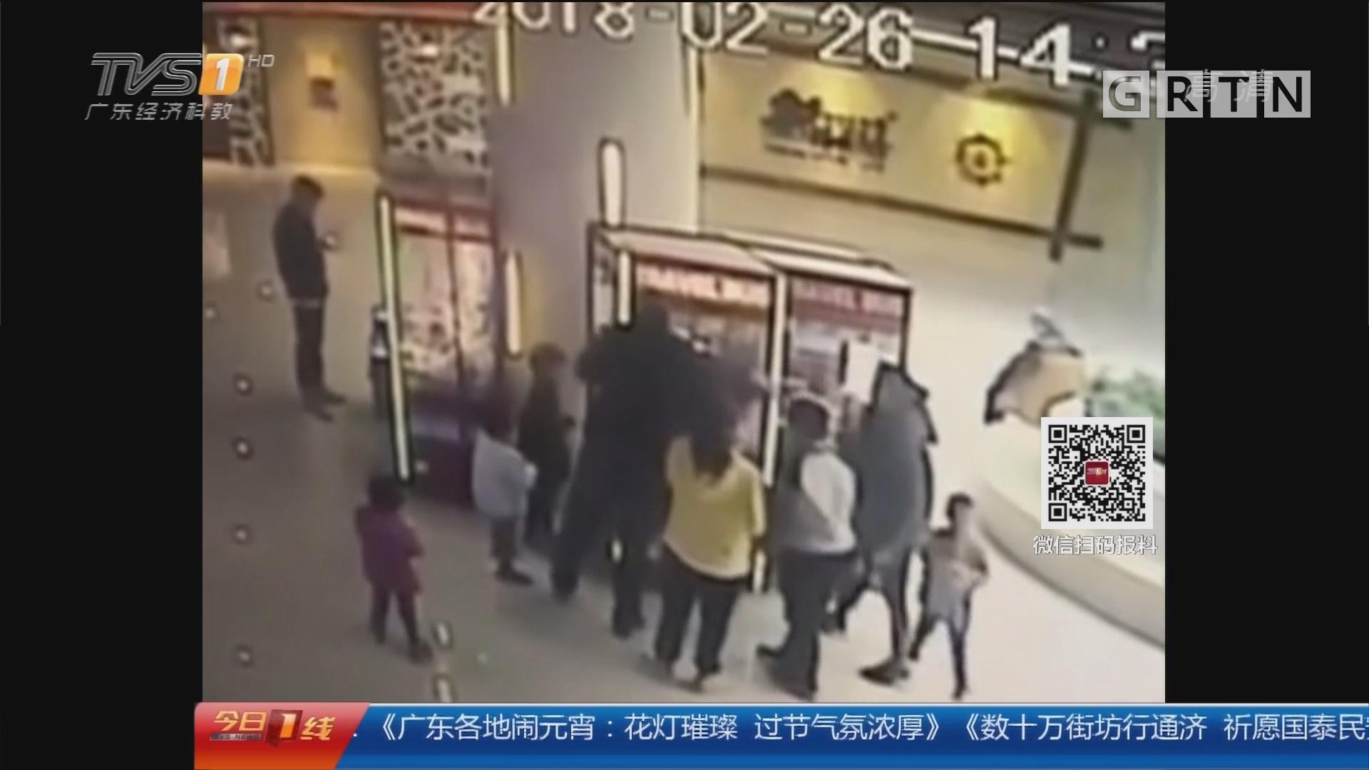 """山东淄博:家长带娃""""洗劫""""娃娃机 店主报警"""