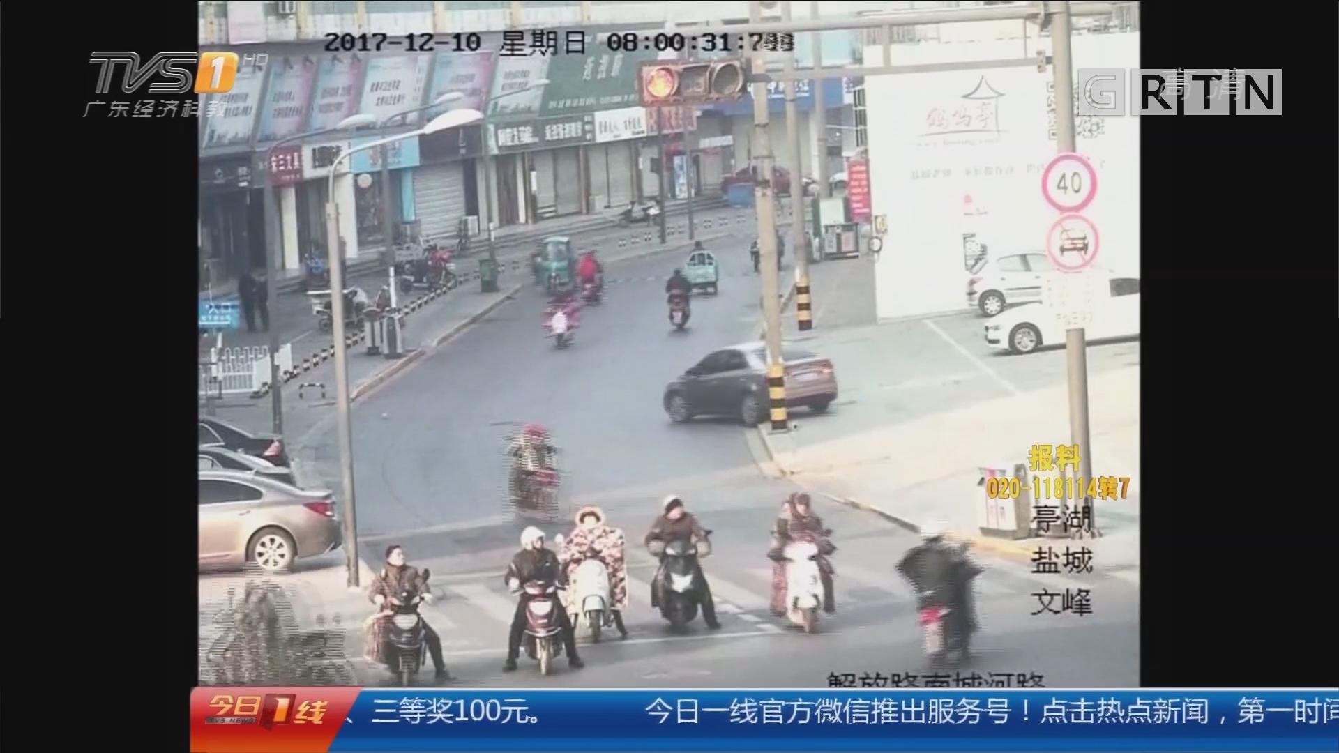 江苏:女子醉驾昏睡车内 一路倒车引发事故