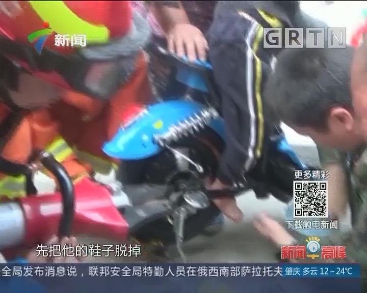 中山:5岁娃坐电动车卡脚 消防及时解救