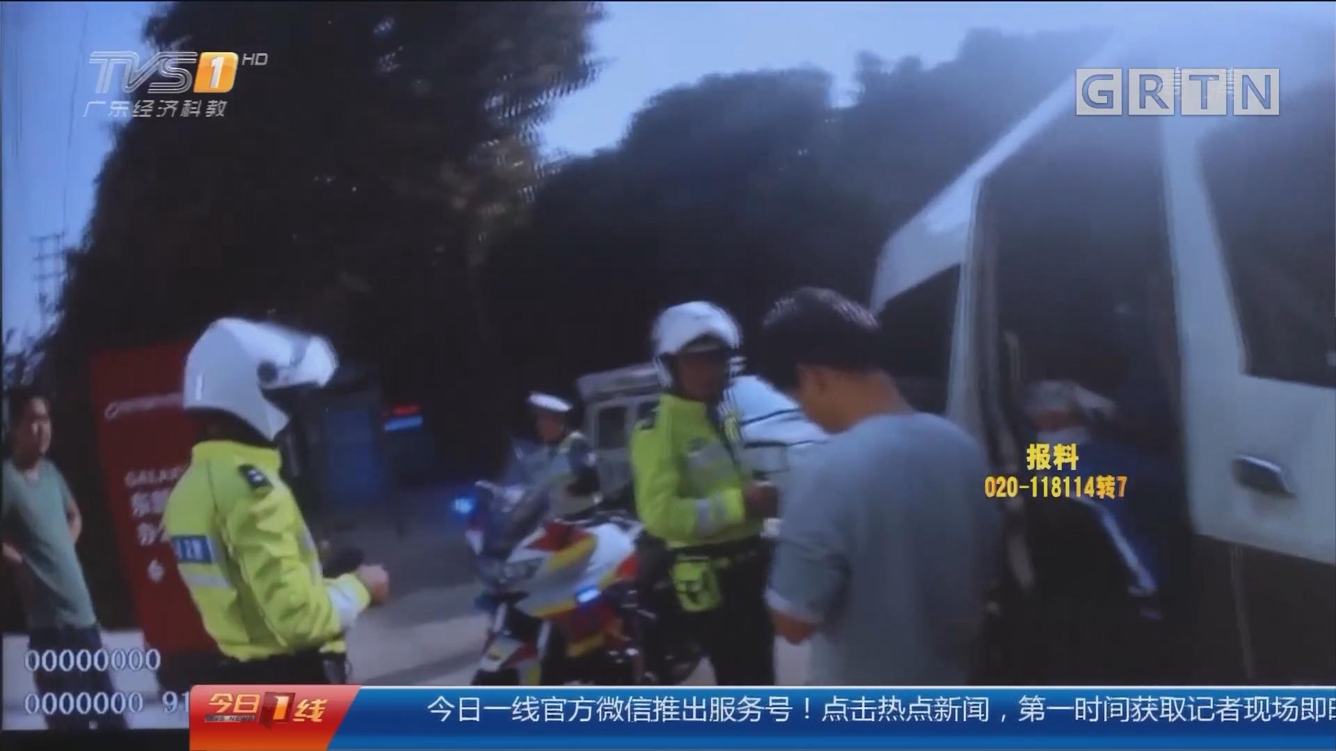 """深圳:交警查处""""黑校巴"""" 一车载14娃"""